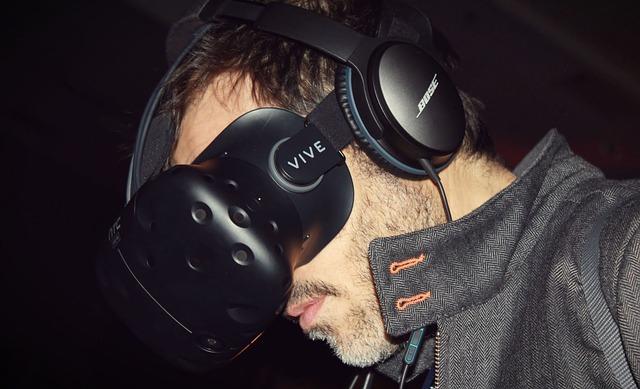 Użytkownik gogli VR HTC VIVE