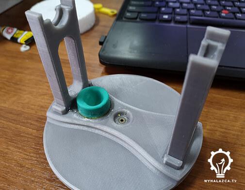 Pokrywa górna prototypu wraz z zamocowanymi stojakami, tuleją i membraną