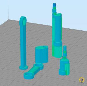 Ustawione elementy silnika Stirlinga w przestrzeni roboczej drukarki 3D (zrzut ekranu z programu Simplify 3D)